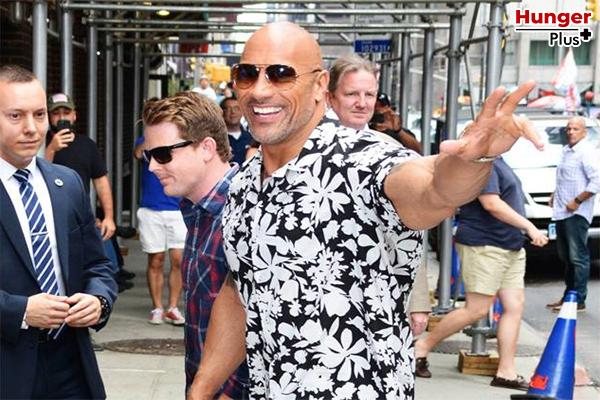 เปิดแชมเปญฉลอง The Rock มียอดผู้ติดตาม 300 ล้านคน เป็นคนอเมริกันที่มีผู้ติดตามมากที่สุดในโลก !